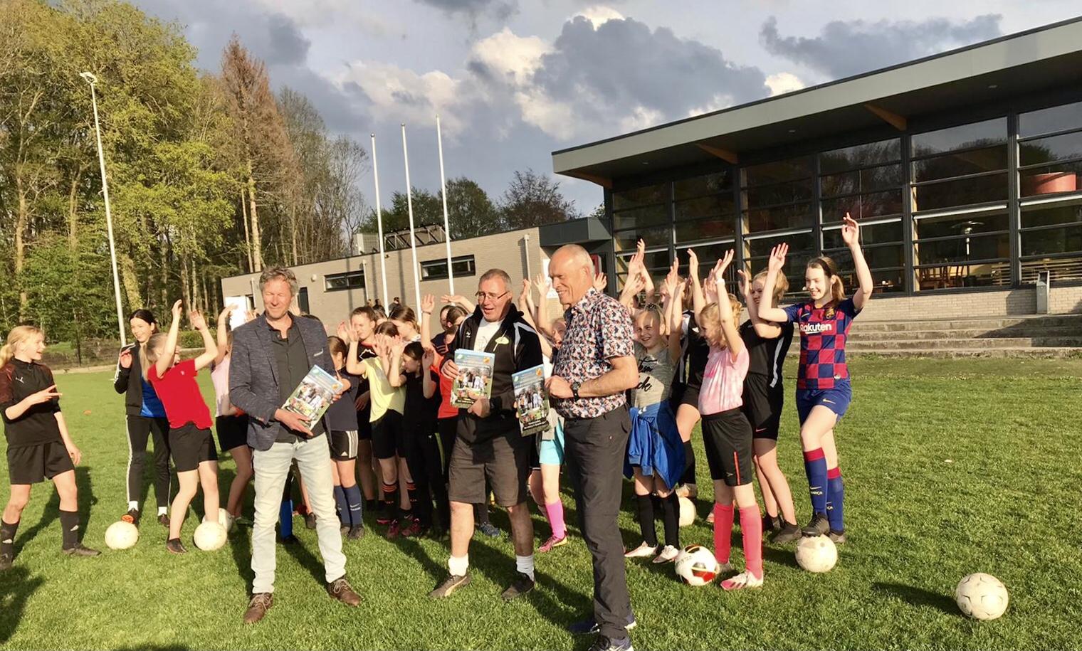 Uitreiking SVT/VAKO meiden-/vrouwen voetbal (presentatie)gids